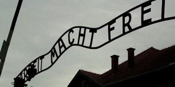 Auschwitz_gate_june2005-Muu-karhu-Wiki-CCBY25-OK